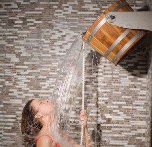 Shokkisuihkukiulusta vettä naisen päälle Sauna Boulevard
